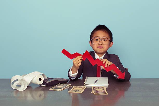 jovem rapaz está a perder dinheiro japonês - criança perdida imagens e fotografias de stock