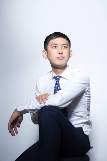 若い日本のビジネスマン カメラにポーズ - スタジオ 日本人 ストックフォトと画像