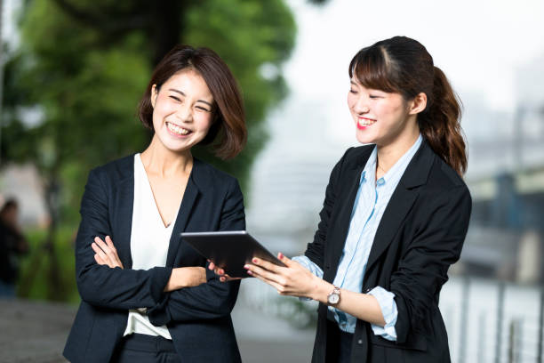 若い日本女性ビジネス リーダーと彼女のチーム ストックフォト