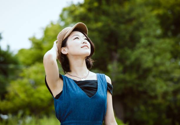 カジュアルなファッションの若い日本女性の肖像画 ストックフォト