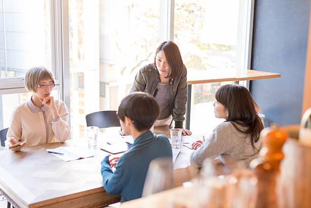 若い日本人女性は bussiness のミーティング - スマートカジュアル ストックフォトと画像