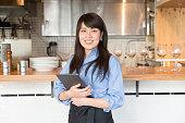 若い日本人女性のマネージャーのカフェ restrant