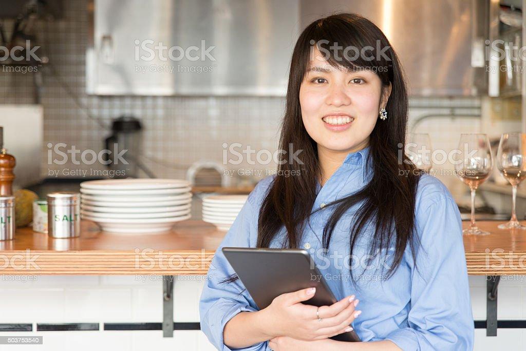 Jovem japonês lady gerente de cafe restrant - foto de acervo