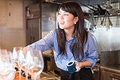 若い日本人女性のウォーキングのキッチン