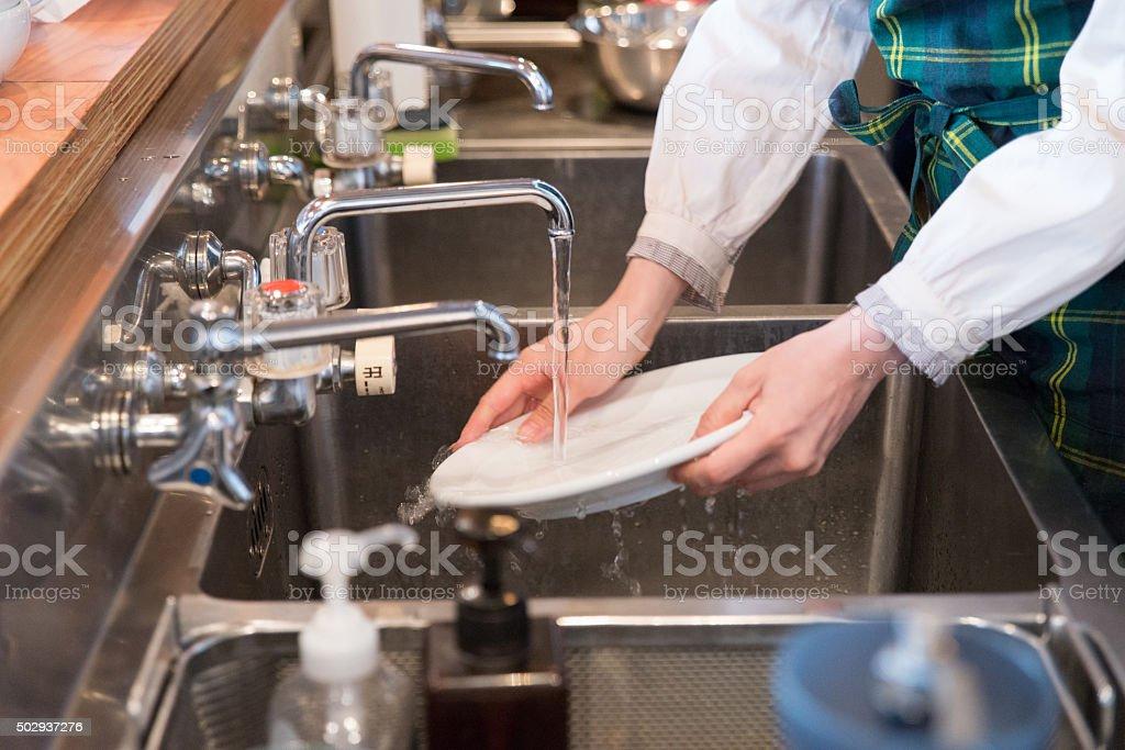 Jovem mulher na cozinha japonesa woking - foto de acervo