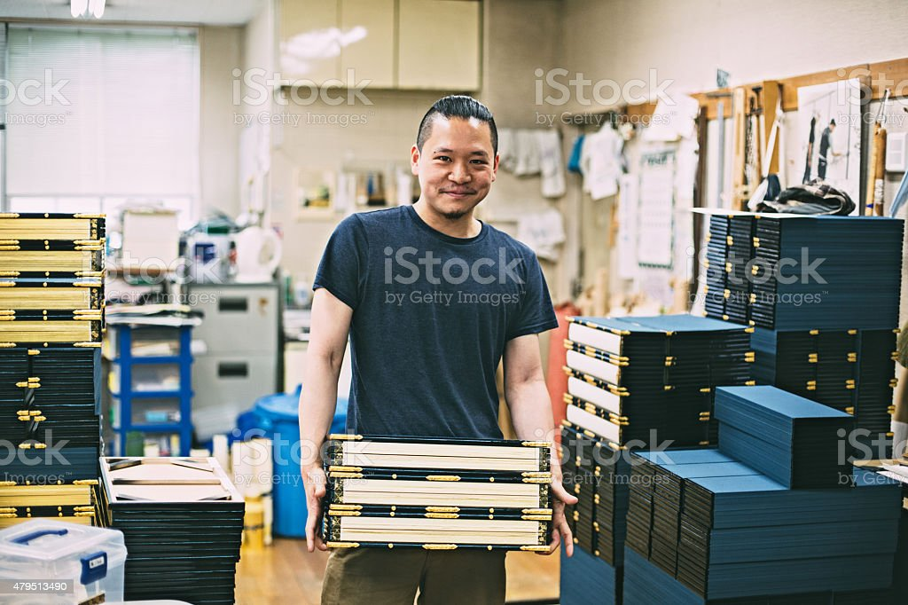 Young japanese man standing in the artisanal studio圖像檔