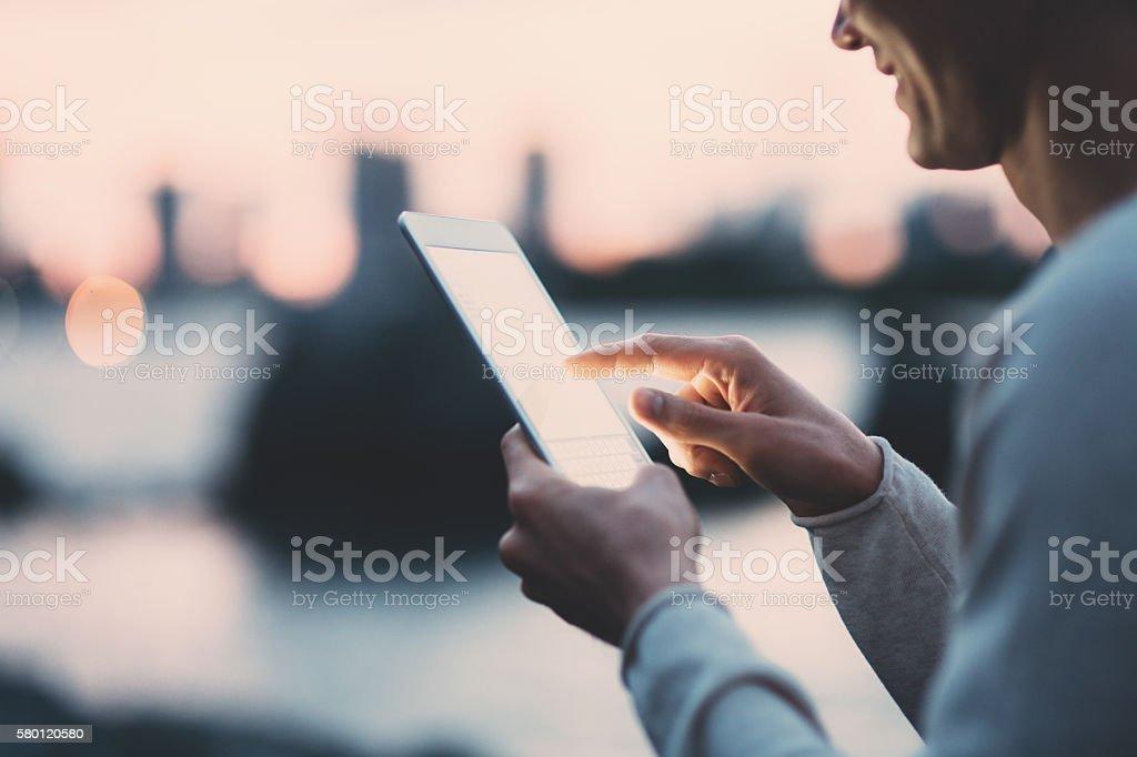 Jungen japanischen Mann SMS auf dem tablette - Lizenzfrei 20-24 Jahre Stock-Foto
