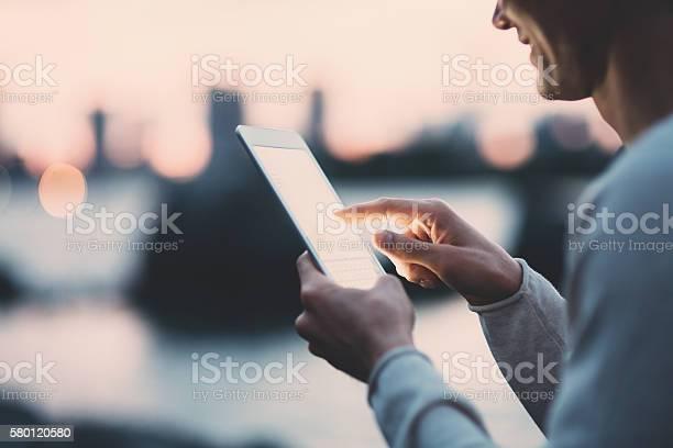 Jungen Japanischen Mann Sms Auf Dem Tablette Stockfoto und mehr Bilder von 20-24 Jahre