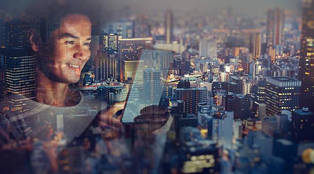Jeune homme japonais envoyer des SMS sur la tablette - Photo
