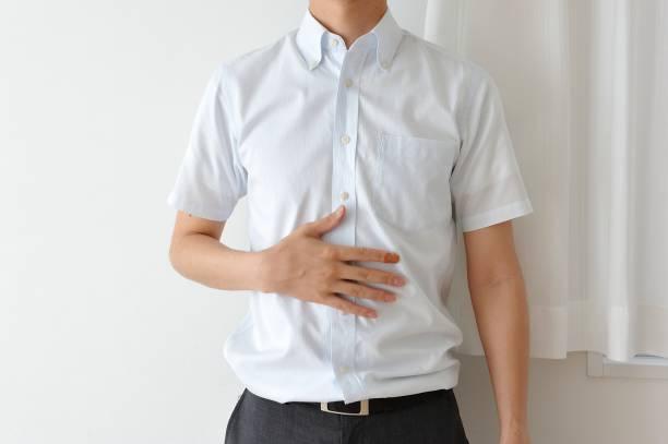 jonge japanse man dragen een wit overhemd met korte mouwen - korte mouwen stockfoto's en -beelden