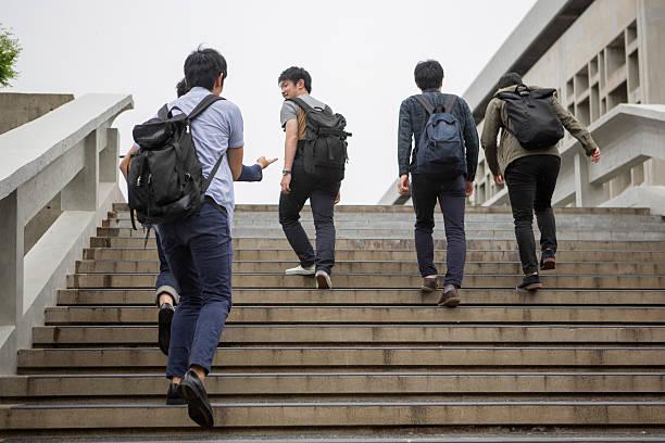 Jungen japanischen student zu Fuß die Treppe hinauf in kyoto, japan – Foto