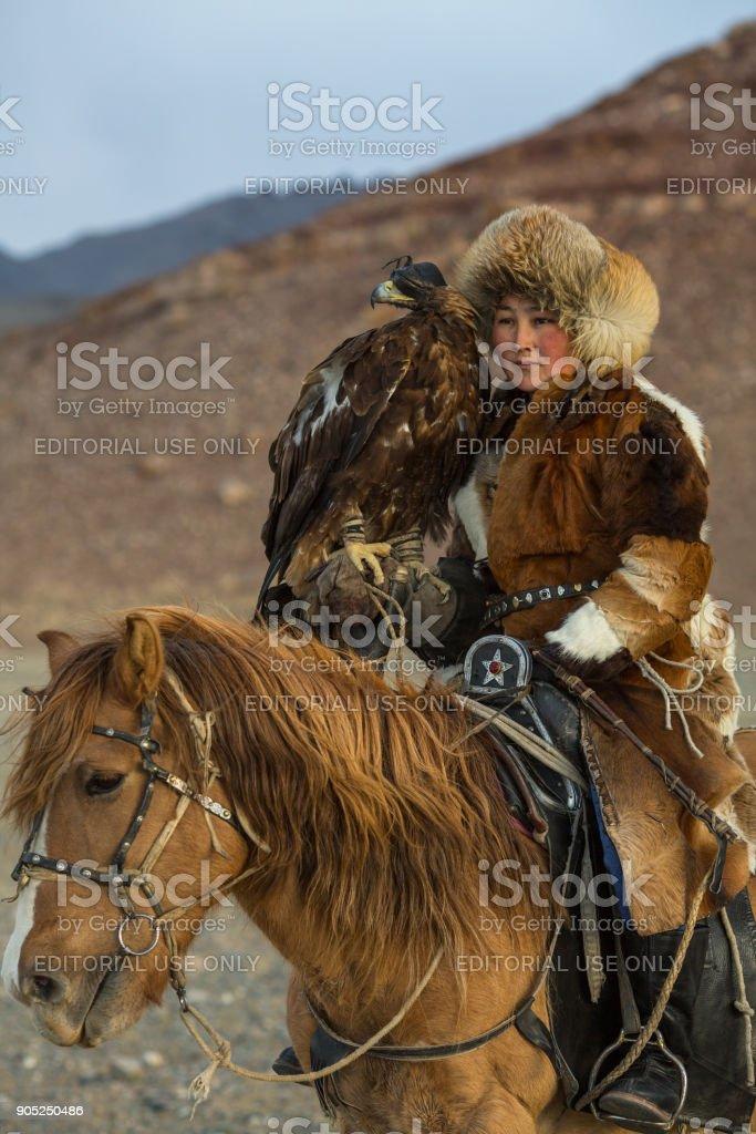 Jungen Kasachischen Eagle Jagerin Mit Pferd Wahrend Der Jagd Auf Den