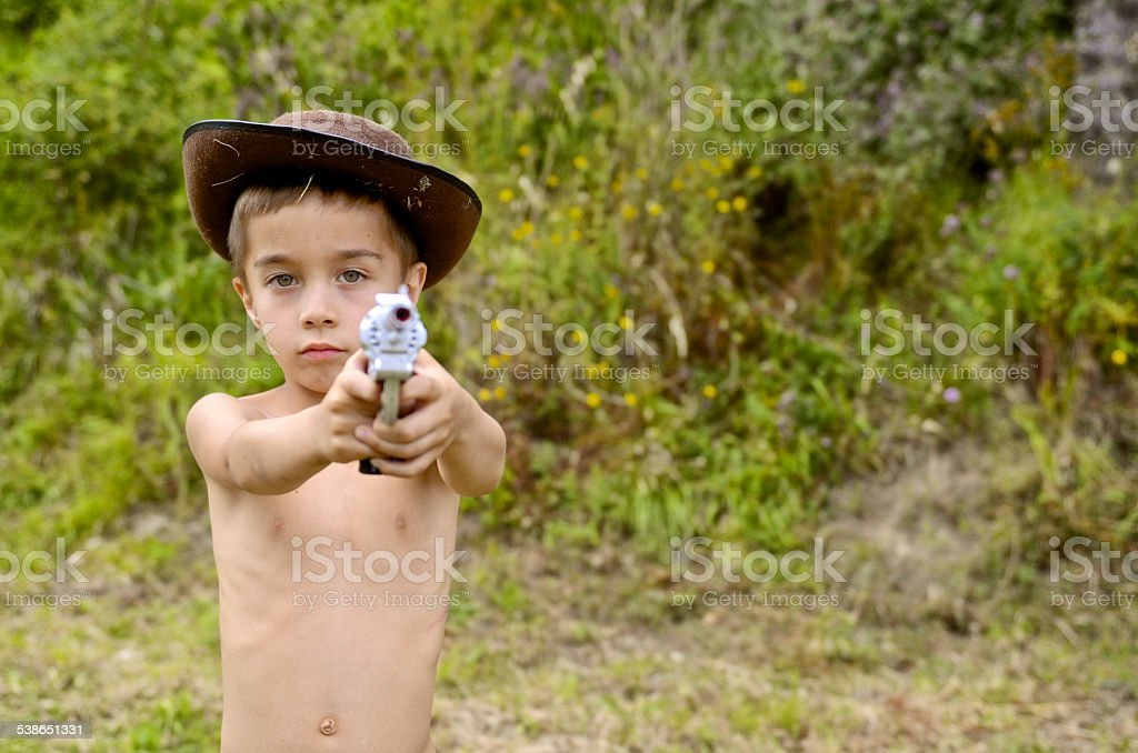 Junge Kind mit Waffe ist Ziel der Vorderseite für die Kamera – Foto