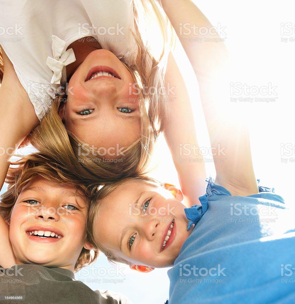 Junge Kinder huddling – Foto