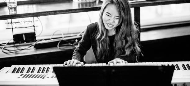 unga koreanska kvinna som spelar piano keyboars - happy indie pop bildbanksfoton och bilder
