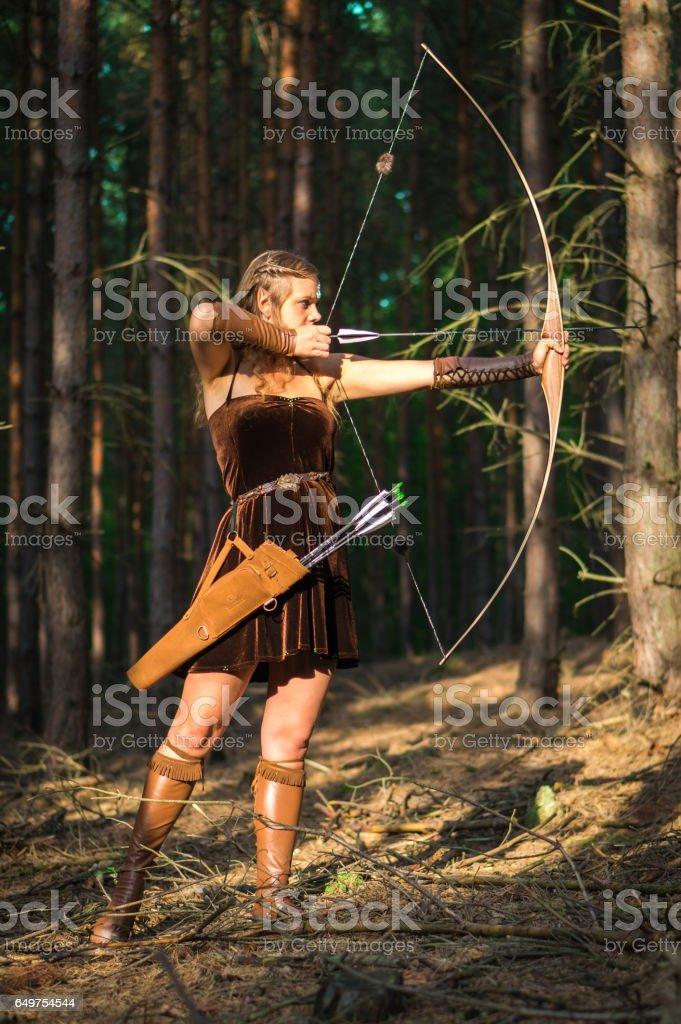 Señora joven elfo con un arco largo - foto de stock