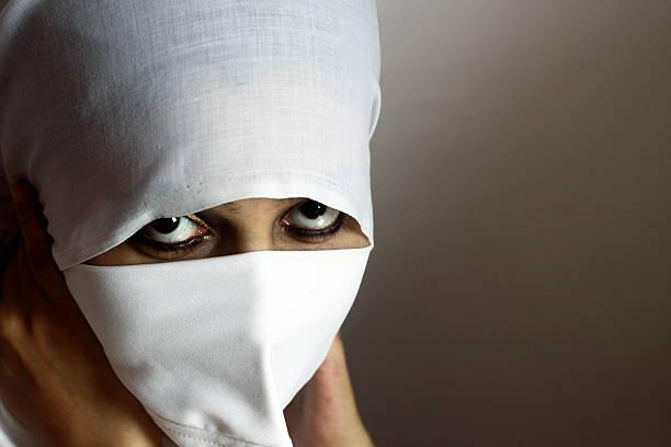 giovane signora in hijab - sharia foto e immagini stock