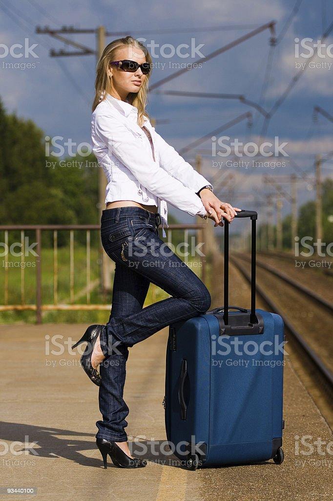 Junge Frau erwartet ein Zug Lizenzfreies stock-foto