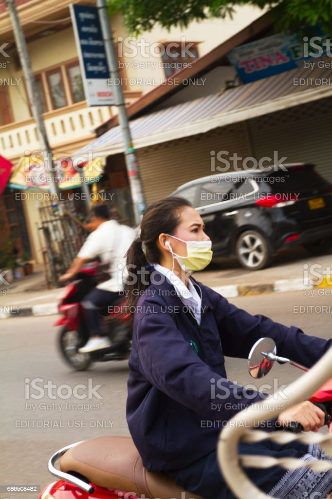 Laotiaanse jongedame inhalen tuktuk royalty free stockfoto