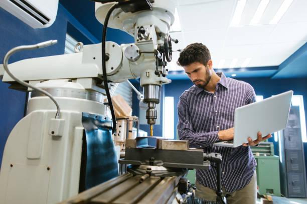 joven ingeniero latina calibración taladro - ingeniero fotografías e imágenes de stock