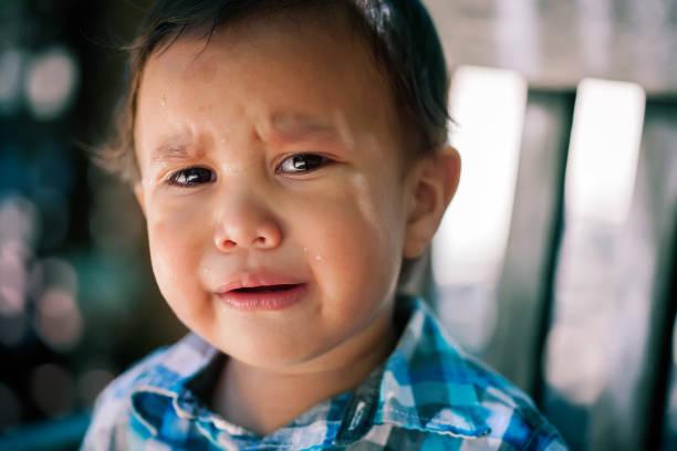 junge latino sohn tränen kleinkind alter mit weinen in augen verloren oder mit bedrohlich aussehenden hintergrund, mit dem ausdruck fehlt oder verletzt kinder sorgen - die wahrheit tut weh stock-fotos und bilder