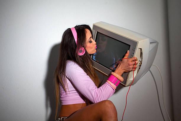 Junge lateinamerikanische Frau heben vintage-Fernseher über dem Kopf – Foto