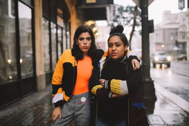 jonge latinx vrouwen in het centrum van los angeles - street style stockfoto's en -beelden