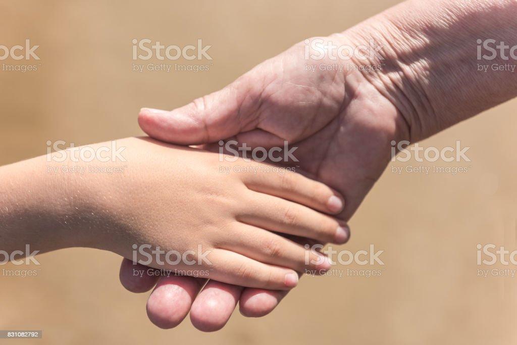 Kleine Junge Händeschütteln mit Greis – Foto