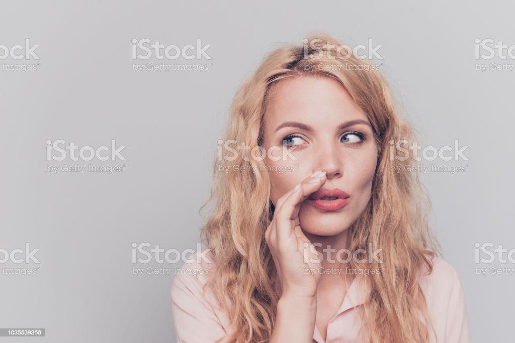 4fedac877 Jovem atraente caucasiano encaracolados alegre encantadora mulher linda  secreta fofoca garota adorável. Isolado sobre o