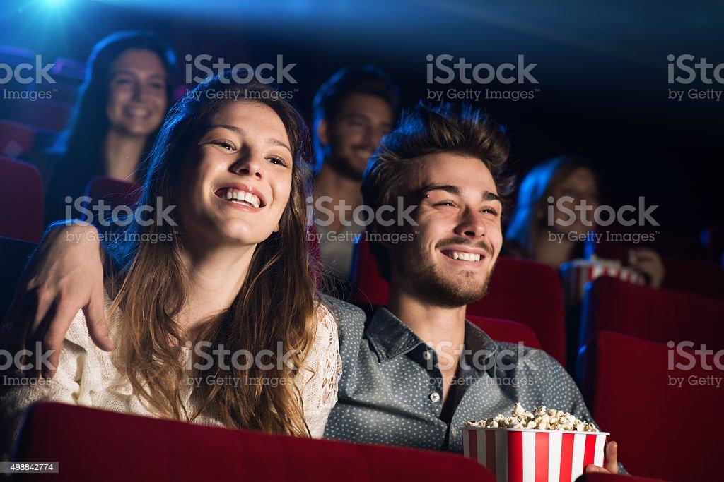 Jovem casal de amantes do cinema - foto de acervo