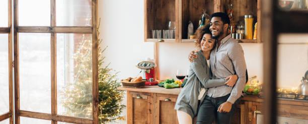 ungt kärleksfullt par som har god tid på julen morgon - cozy at christmas bildbanksfoton och bilder