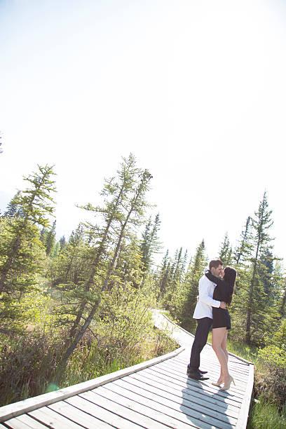 junge liebespaar auf die promenade - sanft und sorgfältig stock-fotos und bilder
