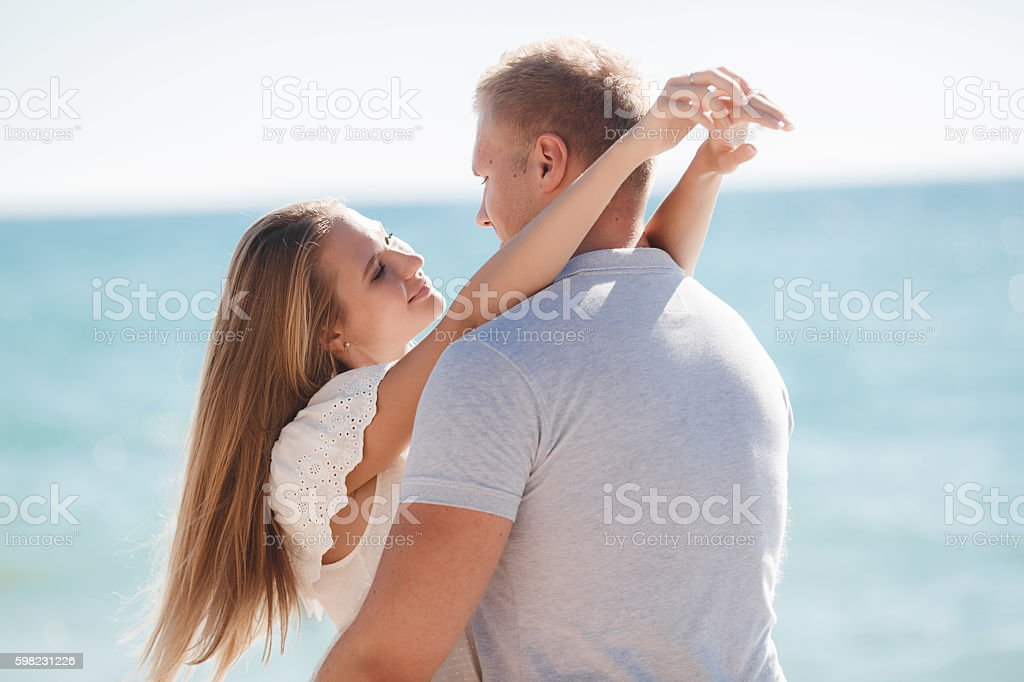 Young loving couple on the beach near the sea foto royalty-free
