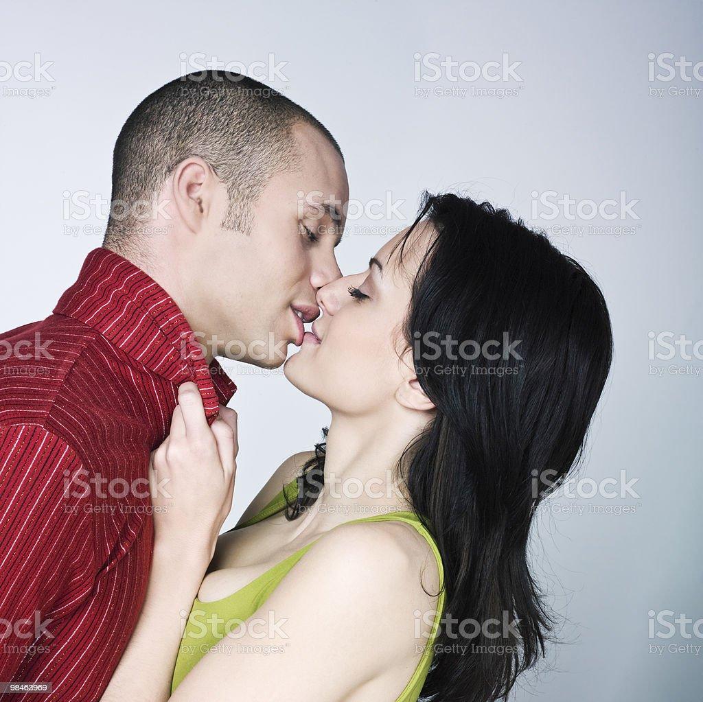 Giovane coppia Amorevole Baciare foto stock royalty-free