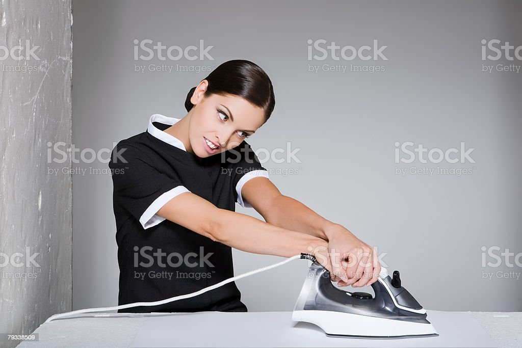 Junge maid und Bügelbrett. Lizenzfreies stock-foto