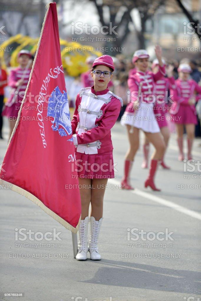 Majorettes de jóvenes de Serbia realiza diversas habilidades de baile en la calle en el anual Carnaval Internacional Prochka 2018, en la ciudad de Prilep, Macedonia - foto de stock