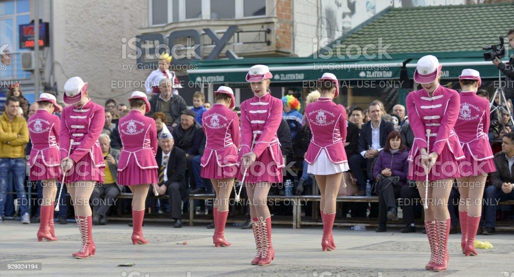 Majorettes de jóvenes de Serbia realiza diversas habilidades de baile - foto de stock