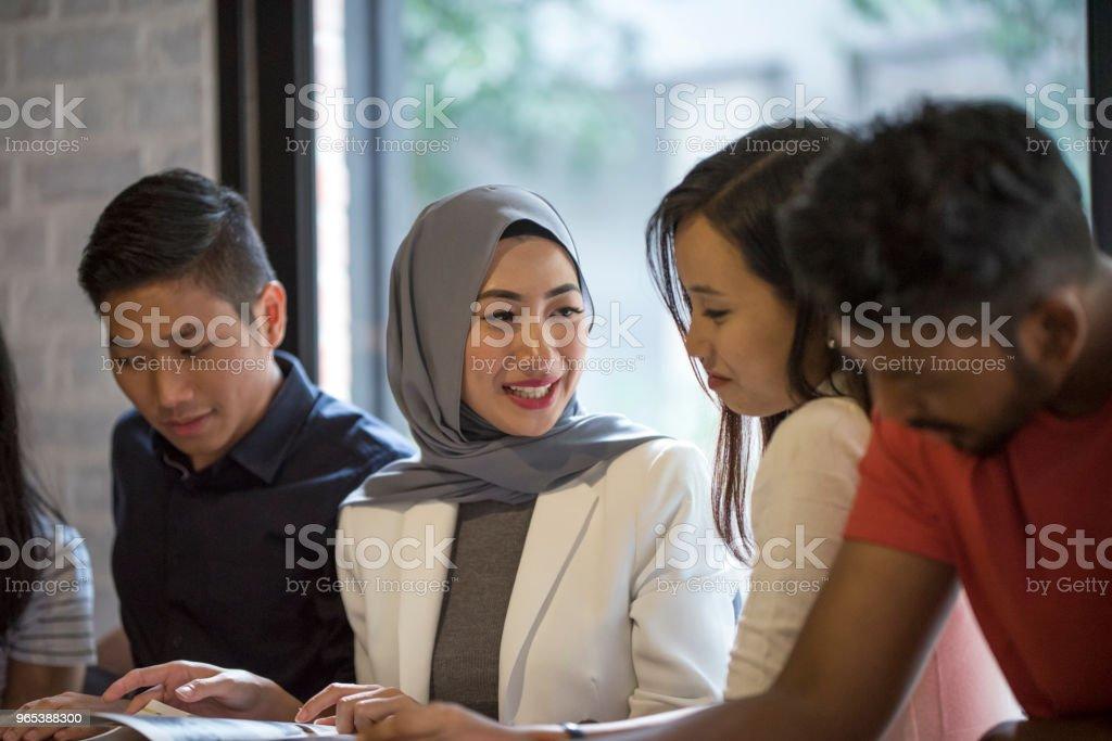 Young Malaysian Friends - zdjęcia stockowe i więcej obrazów 20-29 lat