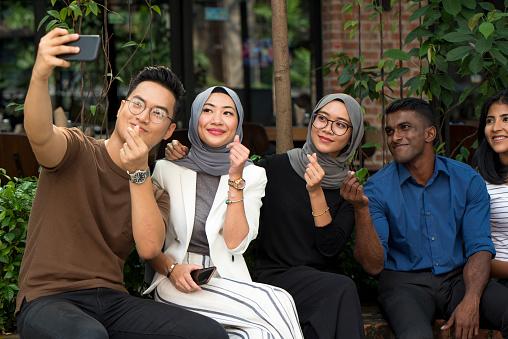 젊은 말레이시아 친구 20-29세에 대한 스톡 사진 및 기타 이미지