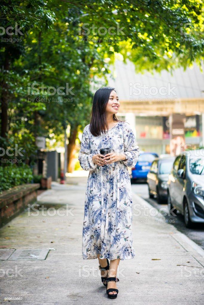 Mujer malaisia joven caminando en la ciudad - Foto de stock de Adulto libre de derechos