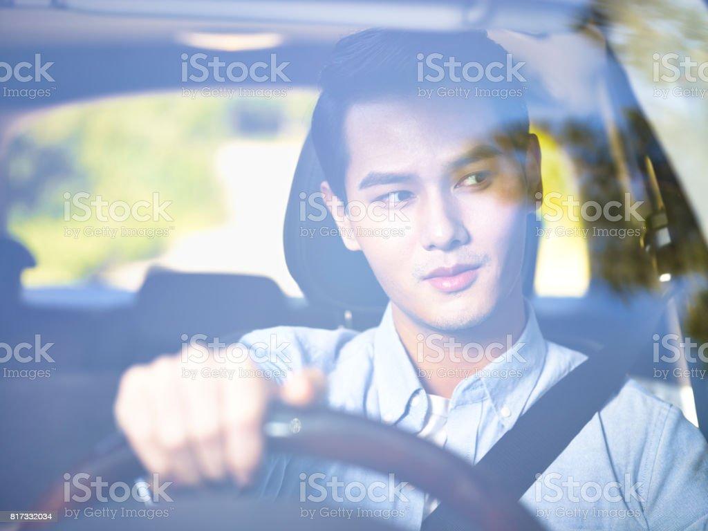 若い男性の大人車を運転 ストックフォト