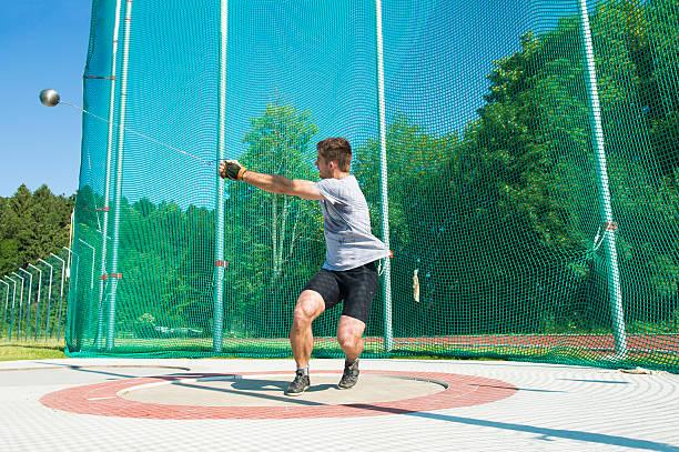 Junge männliche Athlet Hammerwerfen – Foto