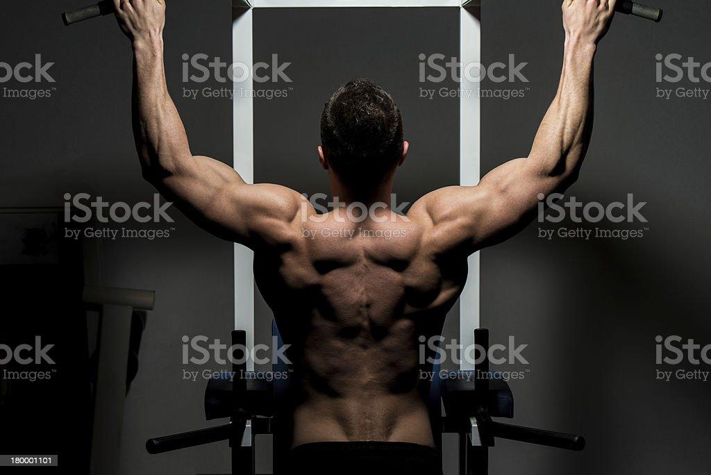 젊은 숫나사 bodybuilder 있는 무거운 예습 royalty-free 스톡 사진