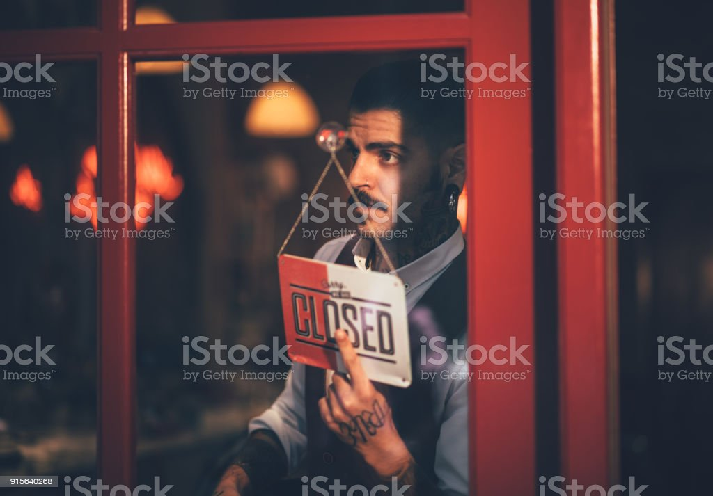 닫힌이 게 로그인 창에 들고 젊은 남성 비즈니스 소유자 - 로열티 프리 경영자 스톡 사진