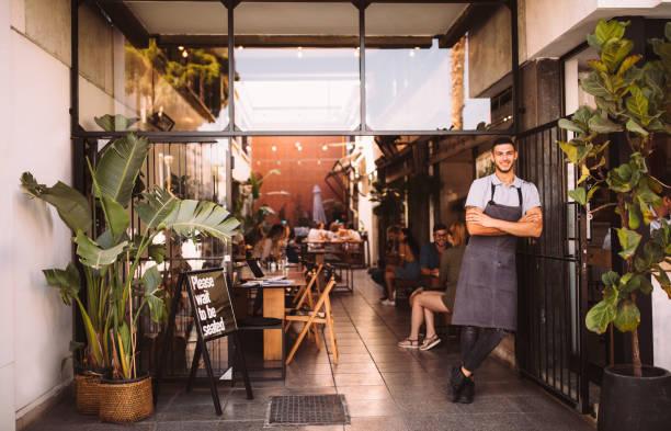 젊은 남성 비즈니스 소유자 hipster 도시 카페 밖에 서 - 작은 뉴스 사진 이미지