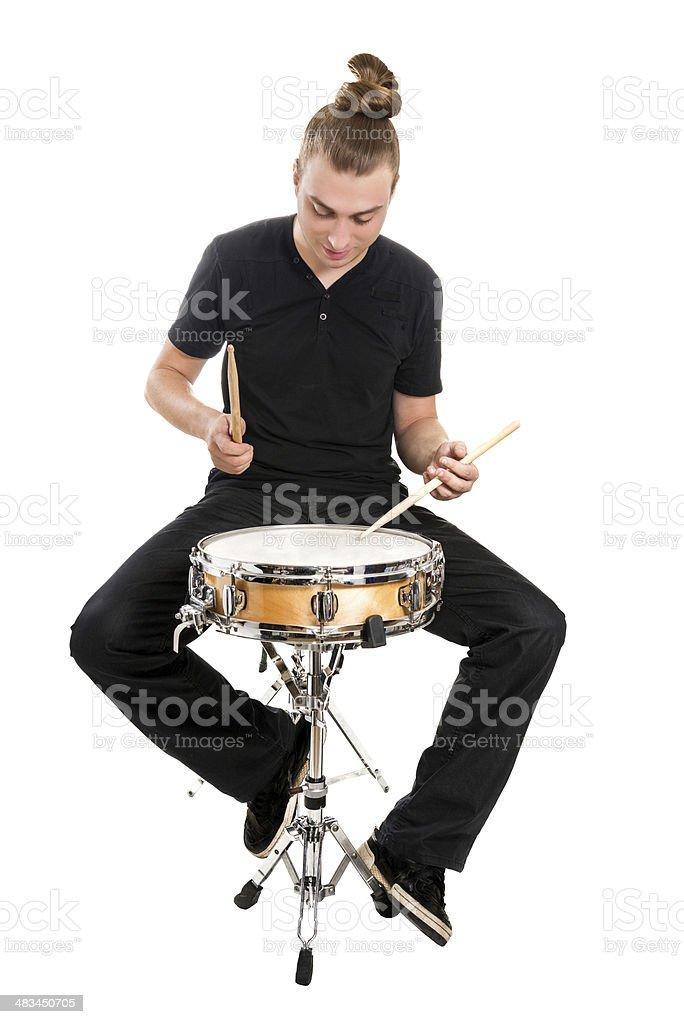 Jovem Músico tocando os tambores isolada no branco - foto de acervo