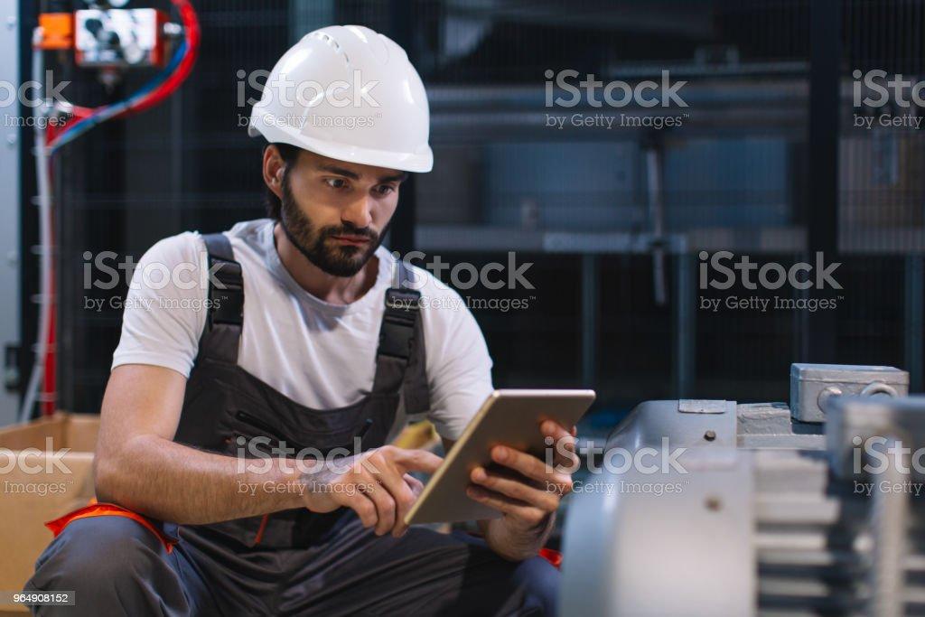 工廠控制生產的年輕男性工程師 - 免版稅一個人圖庫照片