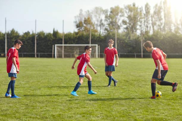 Junge männliche Fußballer in Spanien üben Vorbeibohrer – Foto