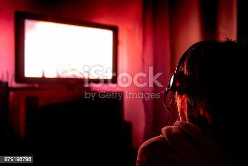 ᐈ Imagen de Joven jugador con gafas y auriculares jugando video ...