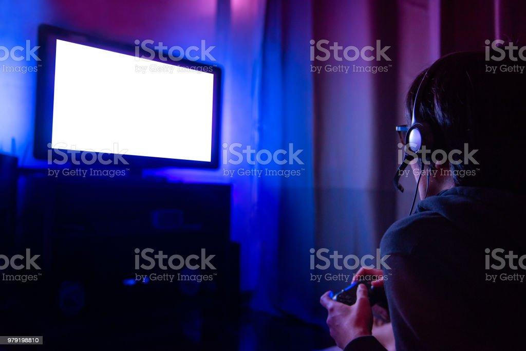 Joven Jugador Con Gafas Y Auriculares Jugando Video Juego En Casa En ...